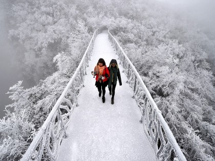 two-girls-snow-tianmen-mountain-china
